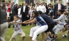 Michelle participa de cabo de guerra para incentivar o esporte infantil Foto: AP/11-2-2012