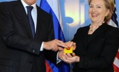Reset. Lavrov e Hillary brincam com o presente americano de 2009 Foto: AP/ 6-3-2009