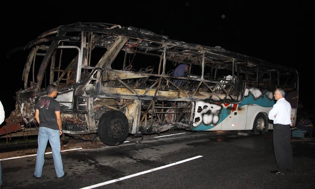 Ônibus da Viação 1001 pega fogo após batida em carro na Via Lagos. No acidente, morreram cinco pessoas Foto: Carlos Ivan / Agência O Globo