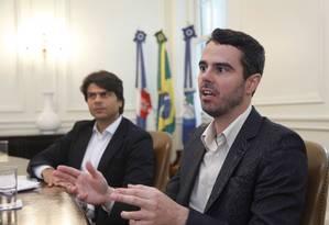 Mudanças. O secretário-chefe da Casa Civil, Pedro Paulo Carvalho (ao fundo), e o secretário de Fazenda, Marco Aurélio, falam do projeto Foto: Ana Branco / O Globo