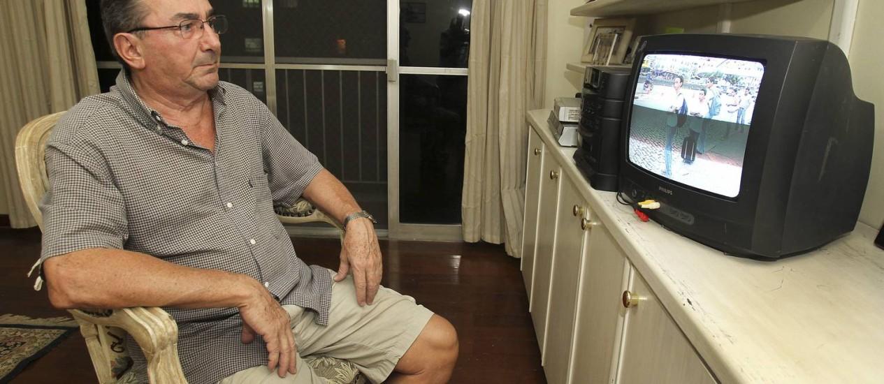 Egídio Loriato assiste à programação em um aparelho antigo enquanto discute o pagamento do conserto de sua nova TV Foto: Alexandre Cassiano / Agência O Globo