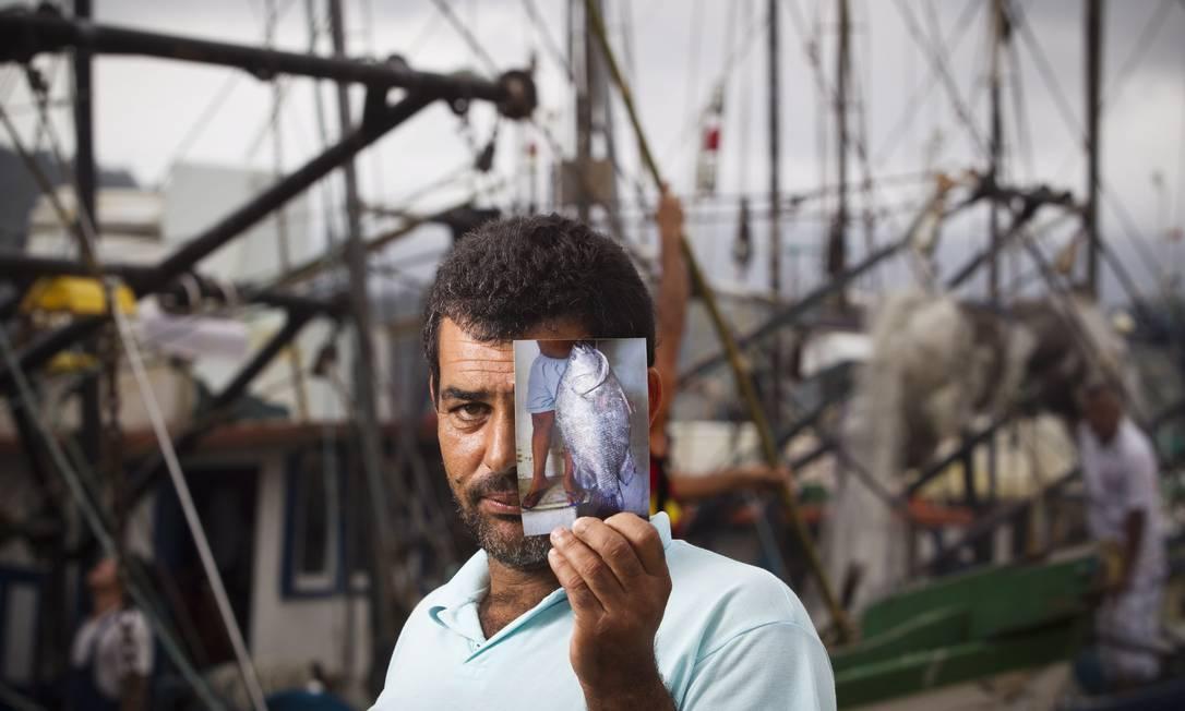 O pescador José Roberto Barbosa de Souza, de 41 anos: ele acabou de perder o acervo de 80 fotos de incursões que fez pela Baía de Paraty Foto: Márcia Foletto / O Globo