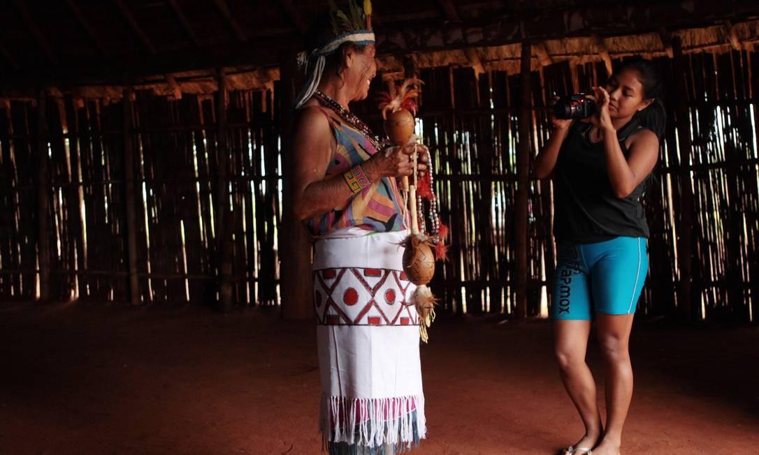 A índia Rosy Benites, de 19 anos, registra, a pedido do GLOBO, a imagem da avó, Tereza Martins, xamã guarani que, aos 78 anos, nunca teve uma foto Foto: Michel Filho / O Globo