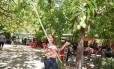 Cátia de Castro com as frutas pegas no campus da Universidade do Piauí