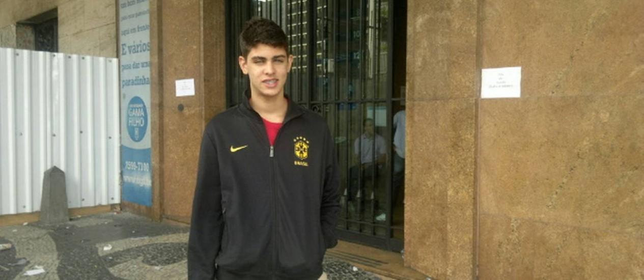 O estudante Luigi Rangel, de 16 anos, se surpreendeu com o tema da redação Foto: MAÍSA CAPOBIANGO / O GLOBO