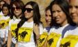 """Vestindo camisetas com o slogan """"Adeus, Arpaio"""", grupos de jovens latinos se preparam para incentivar o eleitorado hispânico a se registrar para a votação presidencial"""