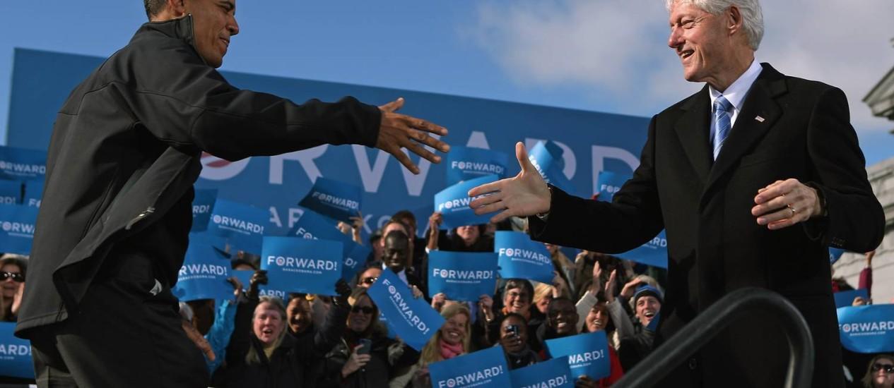 Obama é recepcionado pelo ex-presidente Bill Clinton em Concord, New Hampshire: média das pesquisas indica presidente a 69 votos da reeleição no Colégio Eleitoral Foto: Chip Somodevilla/AFP