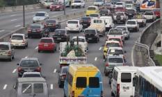Emissão de gás carbônico por carro no país terá de cair para 135g/km até o ano de 2017 Foto: Paulo Nicolella / Agência O Globo