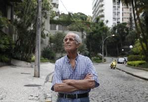 Alto Leblon. Conor Siqueira é contra o aumento do IPTU anunciado pela prefeitura para 2014, e cobra obras de conservação nas calçadas do município Foto: Ana Branco / O Globo