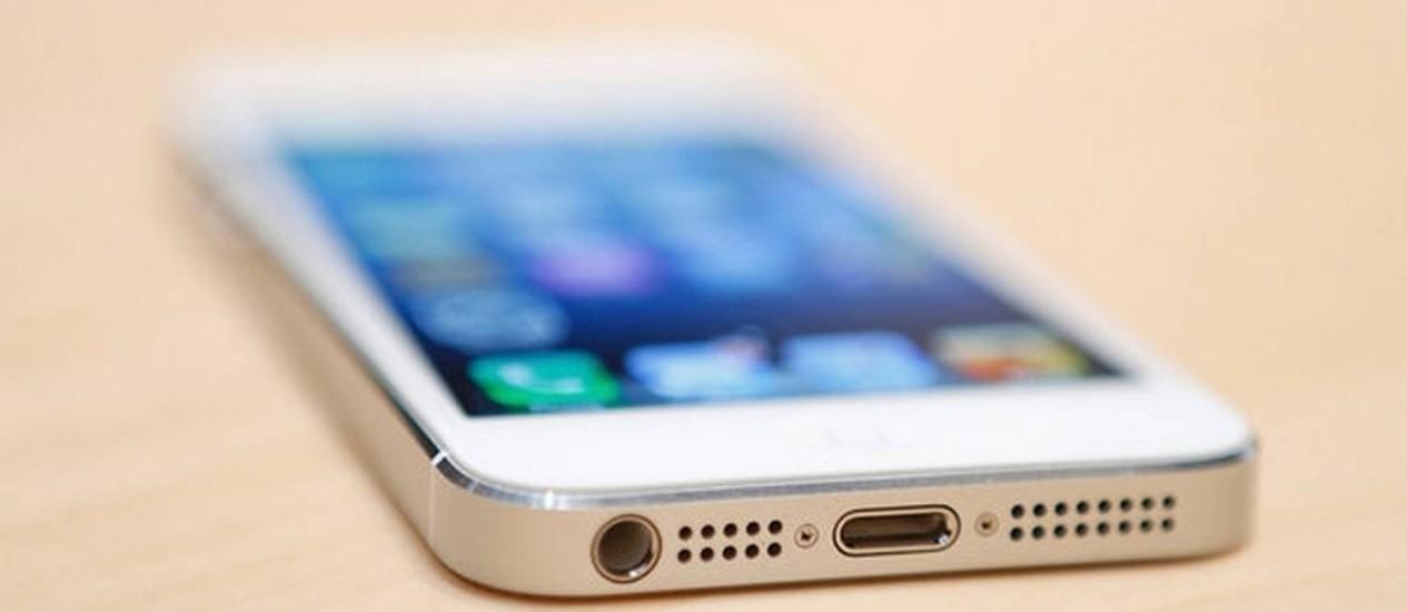iPhone 5, da Apple, com destaque para o novo conector Lightning, que rompe a tradição do conector de 30 pinos dos dispositivos móveis da empresa Foto: Beck Diefenbach/Reuters