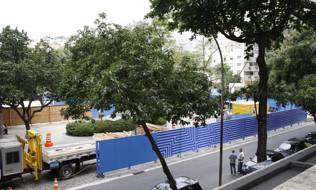 Mudanças. Tapumes das obras do metrô são instalados na Praça Antero de Quental, no Leblon Foto: Marcos Tristão / O Globo