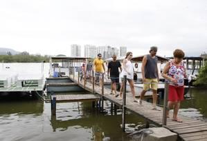 Balsas. O transporte de moradores de condomínios pela Lagoa de Marapendi Foto: Marcos Tristão / O Globo