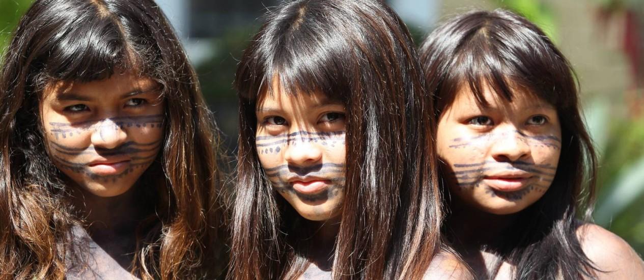 Índias participam de protesto no Rio de apoio aos Guarani-kaiowas Foto: O Globo / Domingos Peixoto