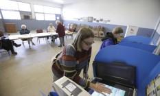 Eleitora vota em Ohio: especialistas divergem quanto ao resultado final das eleições Foto: AFP