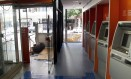 Abrigo improvisado. Um homem dorme na entrada de agência bancária na Rua Visconde de Pirajá, em Ipanema Foto: Guito Moreto / O Globo