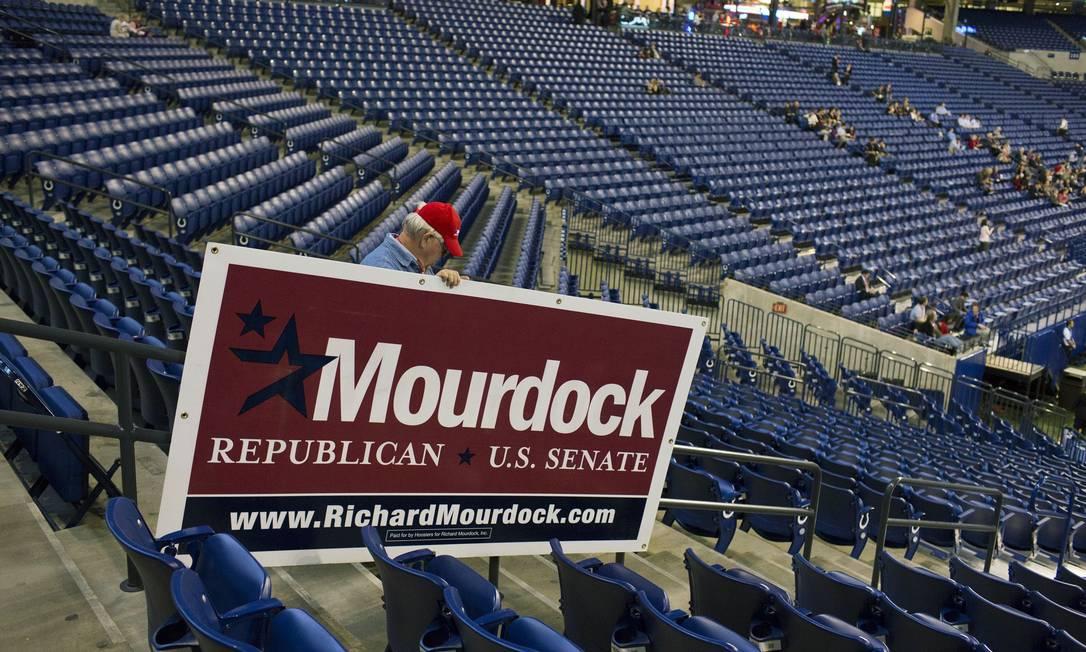 Voluntário carrega cartaz com apoio ao candidato republicano ao Senado Richard Mourdock Foto: REUTERS/Aaron P. Bernstein