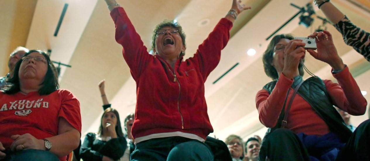 Eleitores comemoram a vitória da candidata Tammy Baldwin, primeira lésbica eleita ao Senado americano Foto: Darren Hauck/Getty Images/AFP