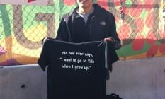 Robert Tamai, 22 anos, estudante de biologia em Harvard, vende camiseta explorando a rivalidade com Yale na entrada do campus Foto: FERNANDA GODOY
