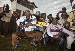 No vilarejo de Kogelo, no Quênia, moradores passaram a noite assistindo a contagem dos votos e celebraram a reeleição de Obama Foto: AP