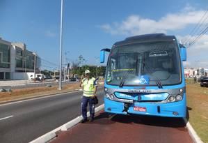 Ônibus do BRT teve a parte dianteira danificada em acidente Foto: Luiz Ernesto Magalhães / O Globo