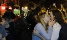 Casais se beijam em comemoração ao andamento da apuração em Washington Foto: Ted S. Warren / AP