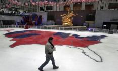 Disparidade. Pista de gelo do Rockefeller Center, em Nova York, mostra resultado da eleição, comemorado em todo o mundo Foto: Richard Drew/AP