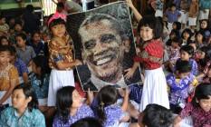 Pequenas fãs. Em Jacarta, capital indonésia, crianças celebram a reeleição Foto: AP