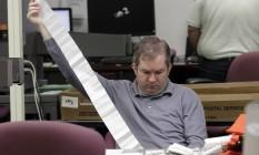 Funcionário faz a contagem de votos