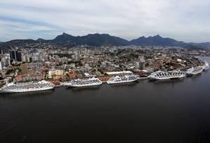 Transatlânticos no Porto do Rio: novo píer tem como objetivo aumentar a capacidade de a cidade receber navios Foto: Custódio Coimbra / Arquivo O Globo