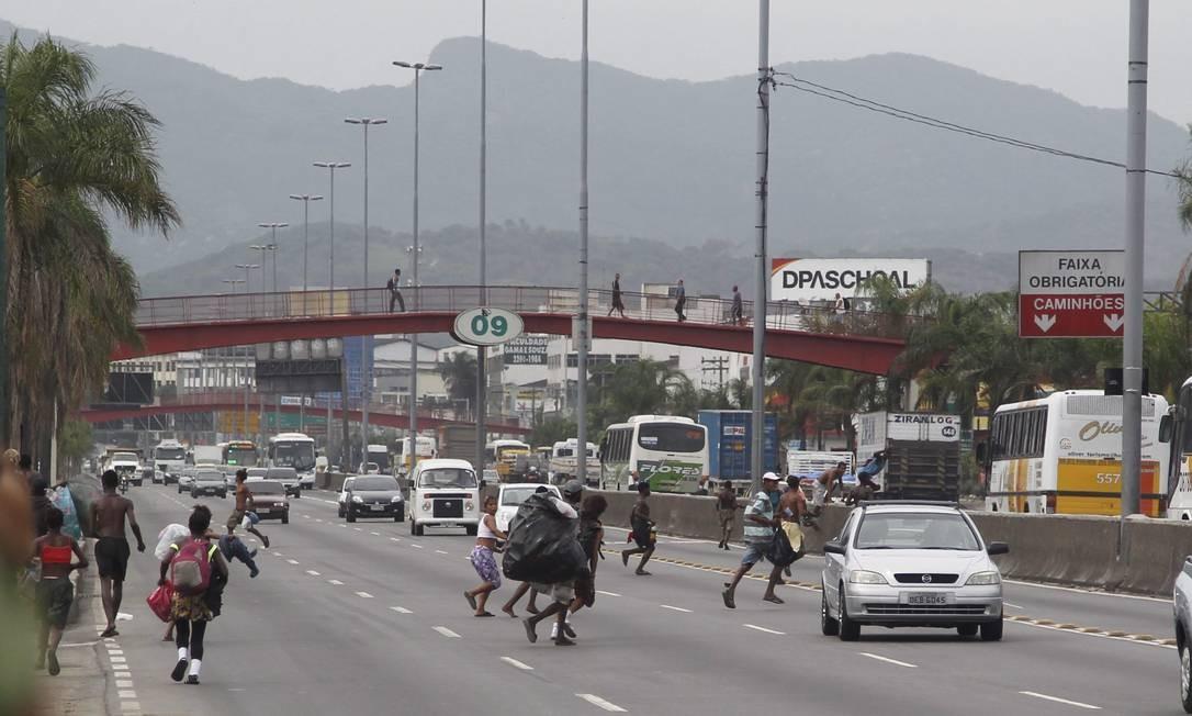 Usuários de crack se arriscam na Avenida Brasil Foto: Marcelo Carnaval / O Globo