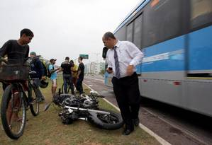 Acidente envolvendo um ônibus do BRT e uma moto deixa dois mortos Foto: Márcio Alves / O Globo