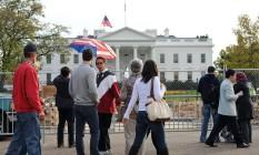Americanos caminham em frente à Casa Branca Foto: AFP/Nicholas KAMM