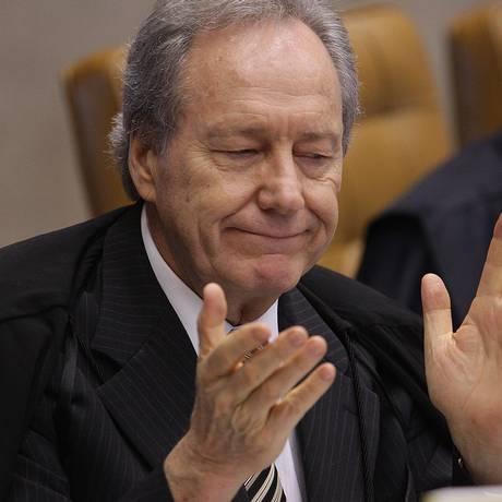 Lewandowski discute com Joaquim Barbosa sobre ordem dos réus no cálculo das penas e sai do planário do STF Foto: O Globo / André Coelho