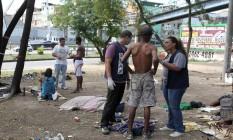 Secretaria municipal de Assistência Social (SMAS) recolhe usuários de droga na cracolândia do Parque União, na Zona Norte do Rio. Foto: Domingos Peixoto / O Globo