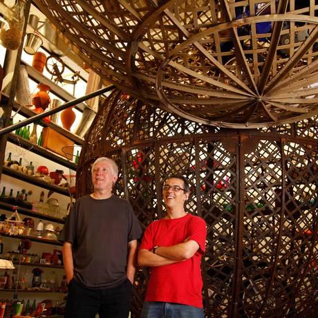 Os artistas Eduardo Climachauska e Nuno Ramos na montagem da exposição na galeria Anita Schwartz, na Gávea Foto: Ana Branco