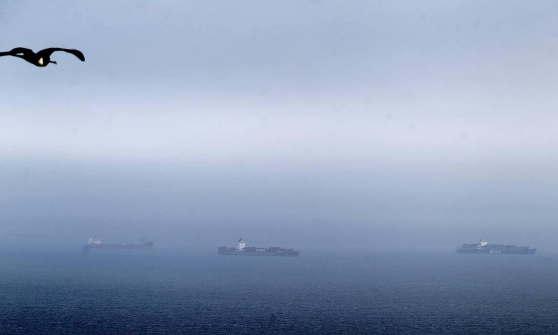 Mesmo com mau tempo era possível ver o engarrafamento de navios na Baía de Guanabara Foto: Alexandre Cassiano / O Globo