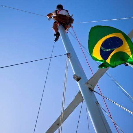 Danilo verifica as condições do mastro e das cordas das velas da embarcação Foto: Divulgação