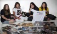 Isabel Lorêdo, Alexia Freitas, Caroline Souza e Stefanie Fabricio mostram a coleção de pôsteres e DVDs da saga 'Crepúsculo'