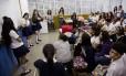 Grupos apresentam seus argumentos sobre a termoelétrica na sala de aula