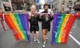 Casal gay em passeata pelos direitos LGBTs em Nova York