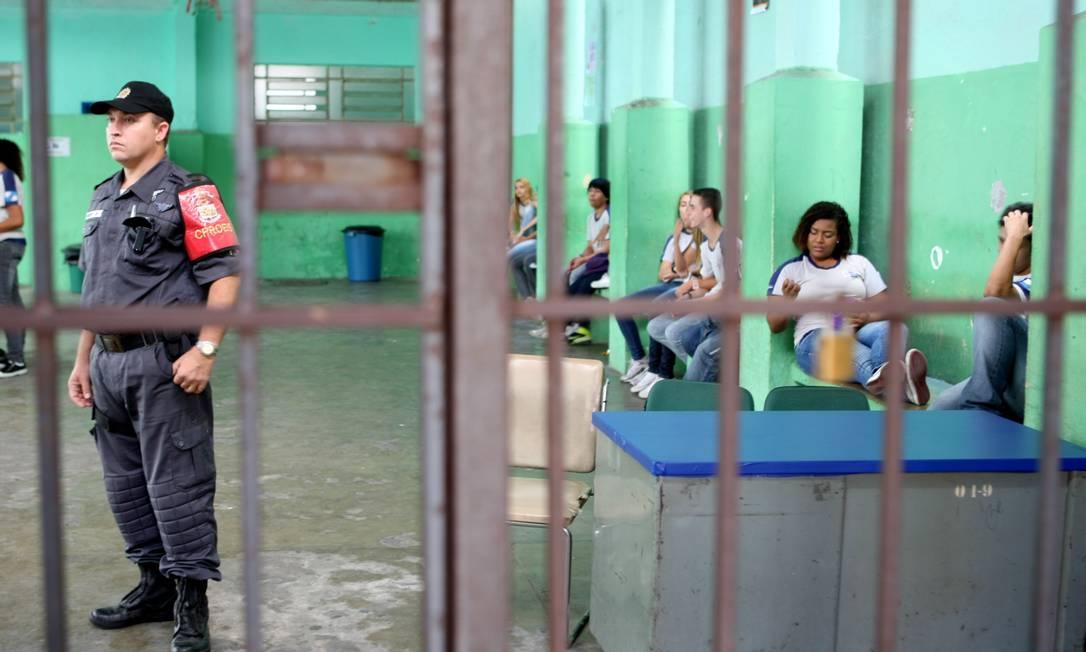 Policiamento em escola estadual no Catete Foto: Gustavo Stephan / O Globo