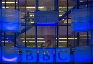 Funcionários caminham dentro de prédio da BBC em Londres Foto: Reuters