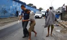 Usuários de crack são retirados da Avenida Brigadeiro Trompowski Foto: Pablo Jacob / O Globo