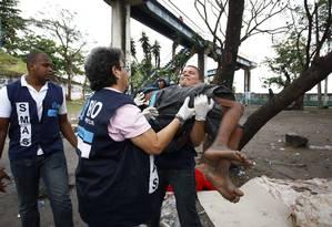 Agentes acolhem usuário de crack em operação na favela Parque União Foto: Pablo Jacob / O Globo