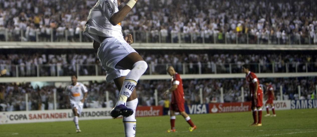 Neymar comemora o gol marcado contra o Internacional. Ele está concorrendo ao bicampeonato do prêmio Puskas Foto: Andre Penner / AP