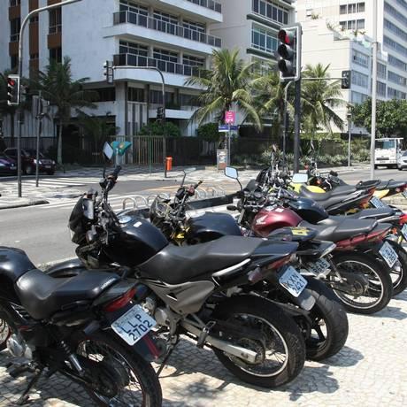 Desrespeito aos ciclistas. Motociclistas estacionam irregularmente em bicicletário da Avenida Vieira Souto, em frente à Rua Maria Quitéria Foto: Eduardo Naddar - O Globo
