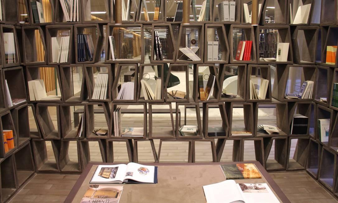 Para os amantes de vinho, a livraria da Antinori tem títulos em diversos idiomas Foto: Bruno Agostini / O Globo