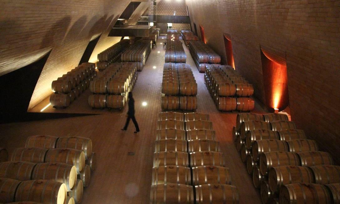 O imenso galpão guarda o vinho em barricas Foto: Bruno Agostini / O Globo