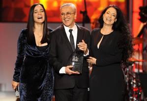 Caetano recebe o Grammy Latino, cercado por Julieta Venegas e Sônia Braga Foto: AP Photo