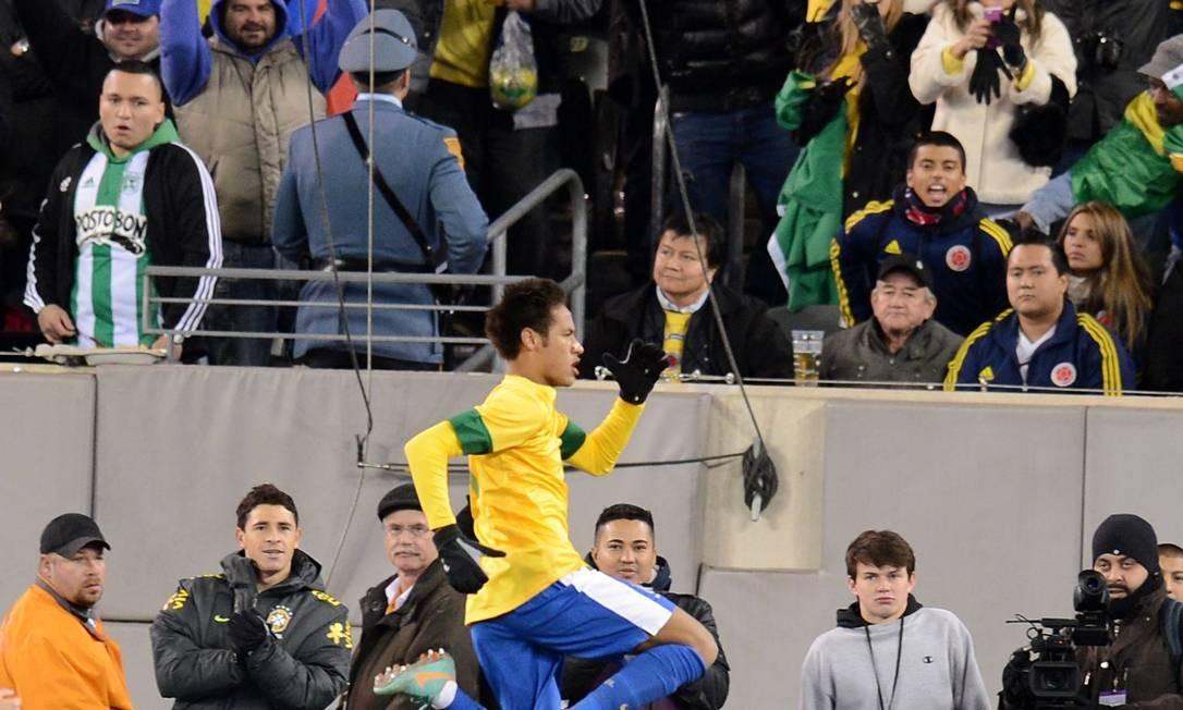 Neymar comemora o gol de empate da seleção. Ele perdeu um pênalti no empate com a Colômbia Foto: Don Emmert / AFP